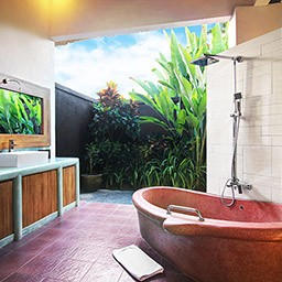 Another favorite relaxing spot after bedroom and pool area is obviously this en-suite bathroom with full amenities, where you can also enjoy a soak time by a garden view.