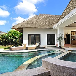 When you enter this villa, one highlighted thing that attracts your attention besides the garden is absolutely this unique layered free-form private pool with plunge pool. There is no way to skip your pool day during the stay.