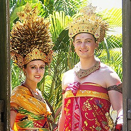 Dressing up like a Balinese king and queen in a beautiful photoshoot of traditional Balinese wedding costume will make your honeymoon escape more memorable.