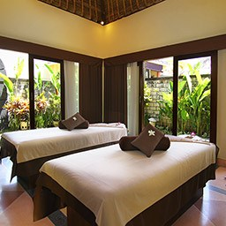 Each spa villa provides two comfy and soft massage beds, which is a great deal to do the treatment together with your loved.